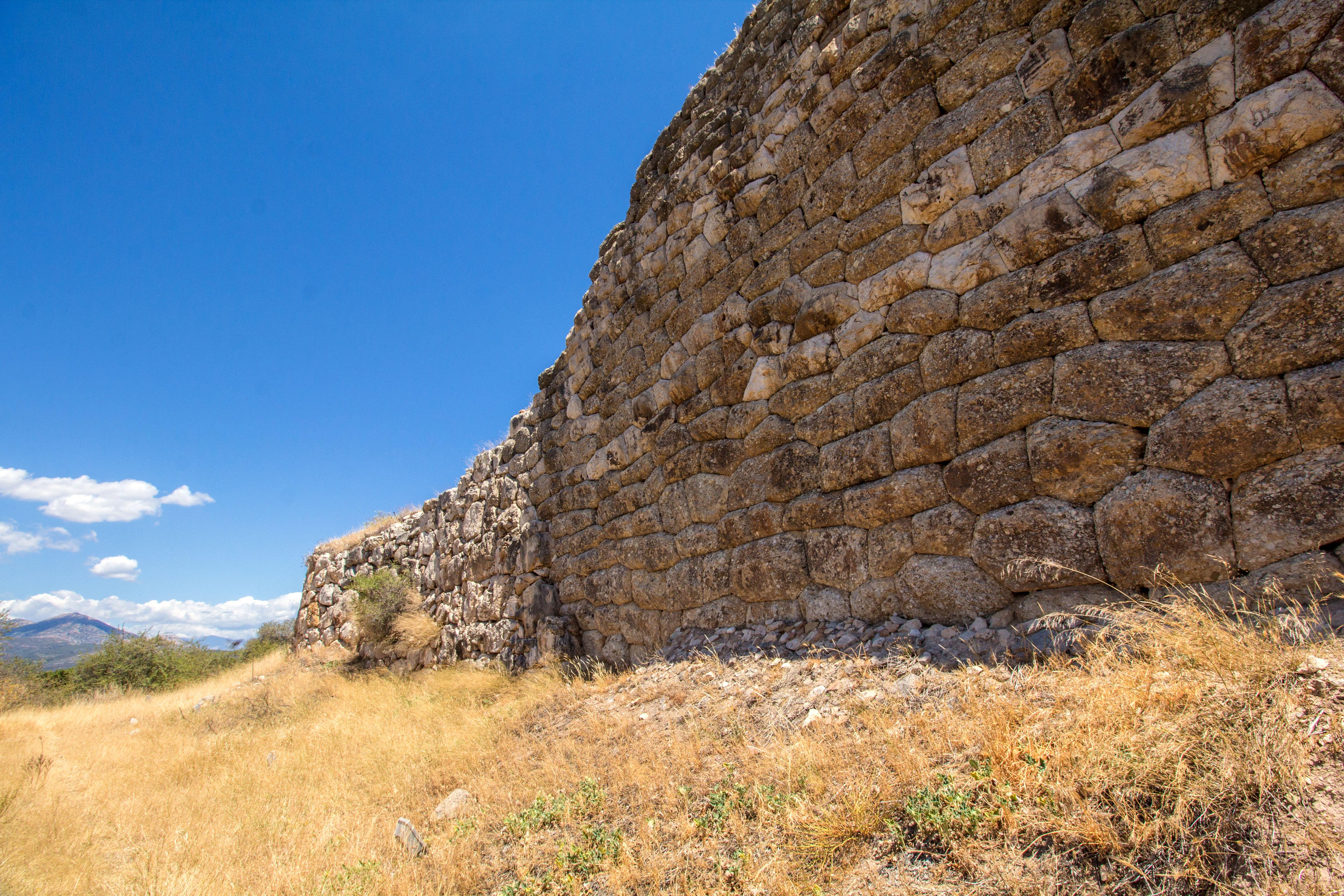 So haben schon bronzezeitliche Angreifer die Burgmauern von Mykene gesehen - monumental, hoch und schier uneinnehmbar.