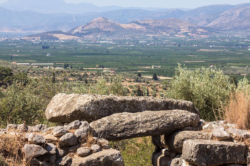 Epano Phournos: Über die Decksteine des Zugangs hinweg, bietet sich ein wunderbarer Blick über die Ebene von Argos und die Festung Larisa über der Stadt.