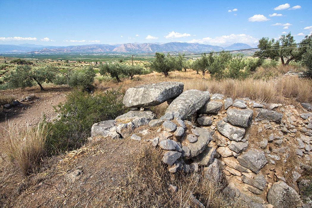 Der Zuweg (Dromos) von Epano Phournos hatte ursprünglich eine Länge von 6 bis 7 Metern, eine Breite von etwa 5 Metern und wurde in den weichen Fels gehauen.