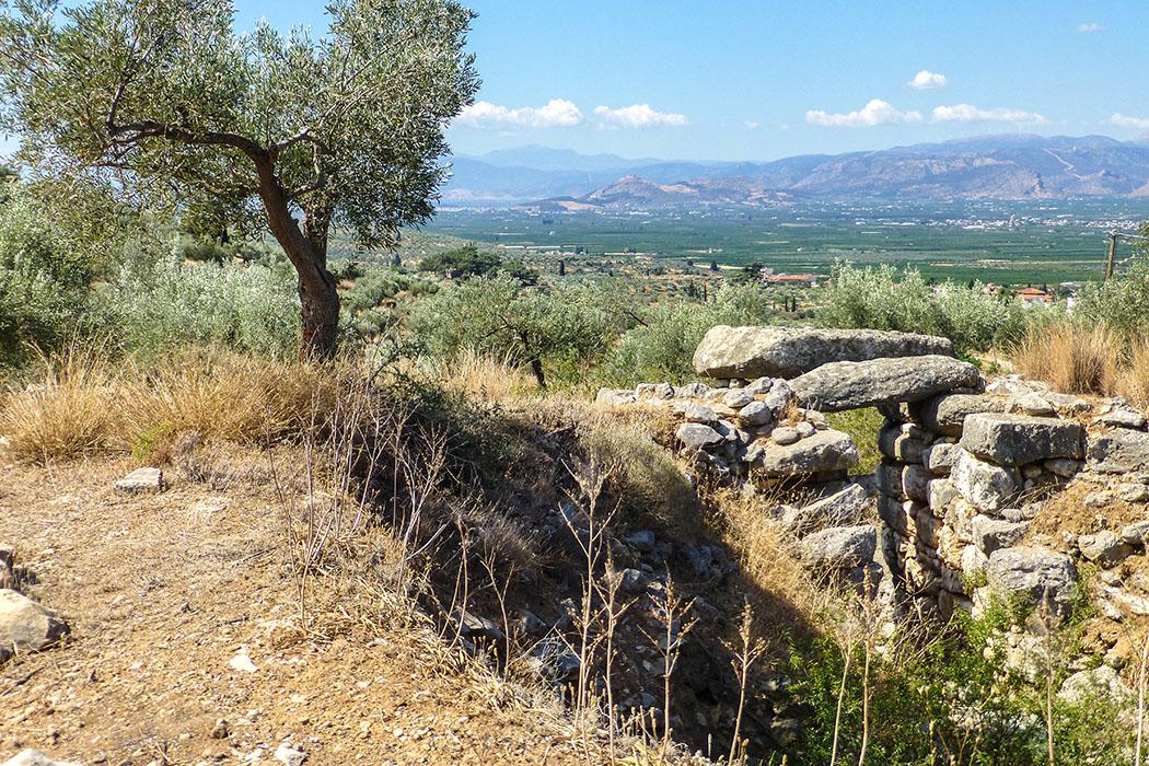 Epano Phournos wurde um 1200 v. Chr. von Grabräubern ausgeraubt. Archäologen entdeckten eine Palaststil-Amphore, Amethyst– und Bernstein-Perlen, Elfenbeinstücke und Blattgold. Vermutlich hatten Grabräuber die Schmuckstücke verloren.