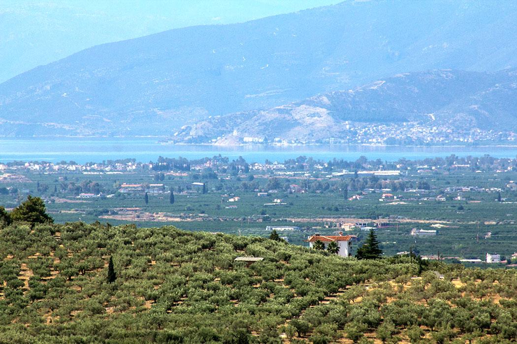 Was für eine Aussicht! Ein Teleobjektiv ermöglicht die Sicht über die fruchtbare Ebene bis zur Ägäis am Golf von Argos.