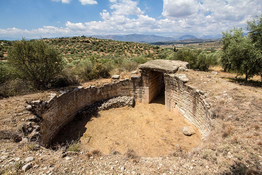 Das Tholosgrab Kato Phournos liegt am westlichen Abhang des Panagitsa-Hügels und wurde zwischen 1460 und 1400 v. Chr. errichtet.
