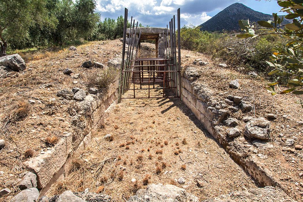 Der Dromos von Kato Phournos ist einsturzgefährdet und durch Querstreben gestützt, daher kann das Grab nicht betreten werden.