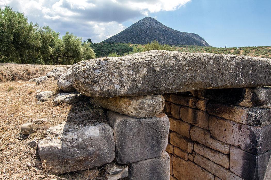 Tholosgräber von Mykene Mycenae kato phournos tholos tomb panagitsa hill argolis peloponnes greece Die Kuppel des Kato Phournos Tholos ist eingestürzt und auch das Entlastungsdreieck ist verloren. Der Dromos ist einsturzgefährdet und wird mit Querstreben gestützt, daher kann das Grab nicht betreten werden.
