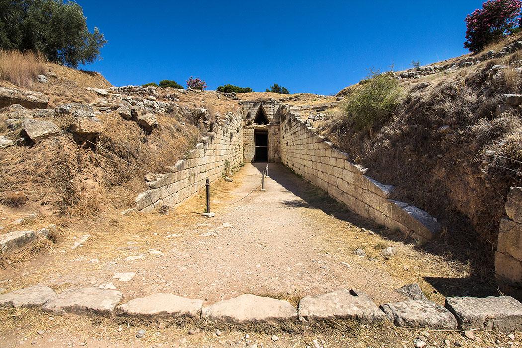Mycenae klytaimnestra grave argolis peloponnes greece Das jüngste Kuppelgrab ist das sogenannte Grab der Klytaimnestra, es wurde erst 1220 v. Chr. angelegt. Manche Forscher wollen hier auch das Grab des Agamemnon sehen. Insgesamt unterscheidet sich diese Anlage nur geringfügig vom berühmten Atreus-Grab.