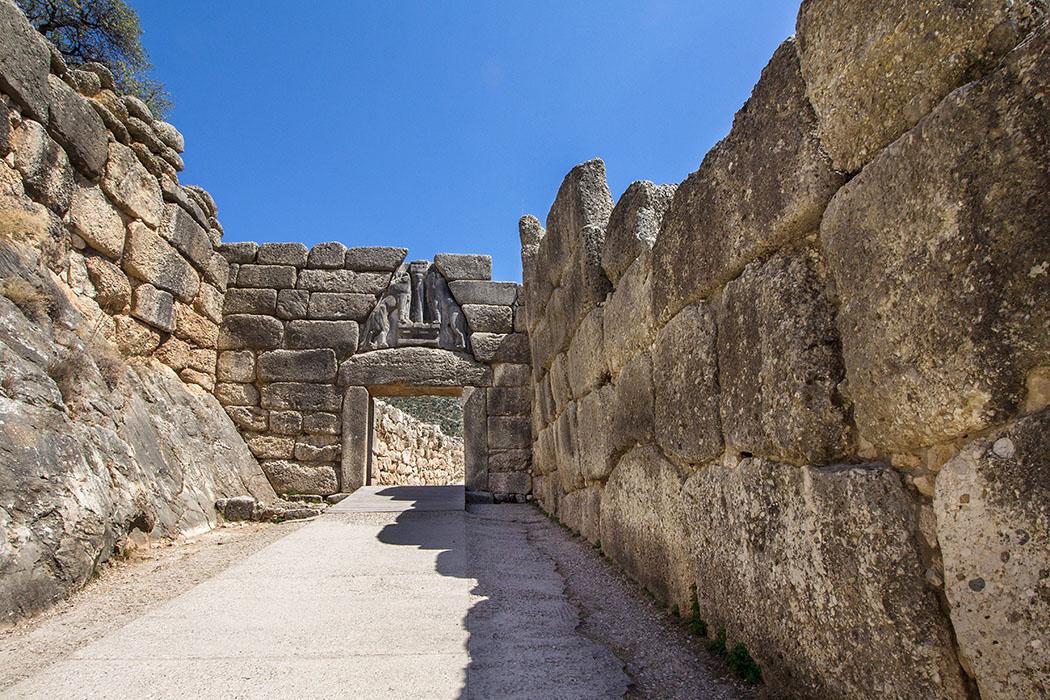 Mycenae lion gate 01 argolis peleoponnes greece Das Löwentor von Mykene stammt aus der Mitte des 13. Jhd. v. Chr.. Es erhielt seinen Namen von den Reliefs mit dem das Entlastungsdreieck über dem Burgtor verziert wurde. Das Löwenrelief ist die älteste Monumentalplastik Europas.