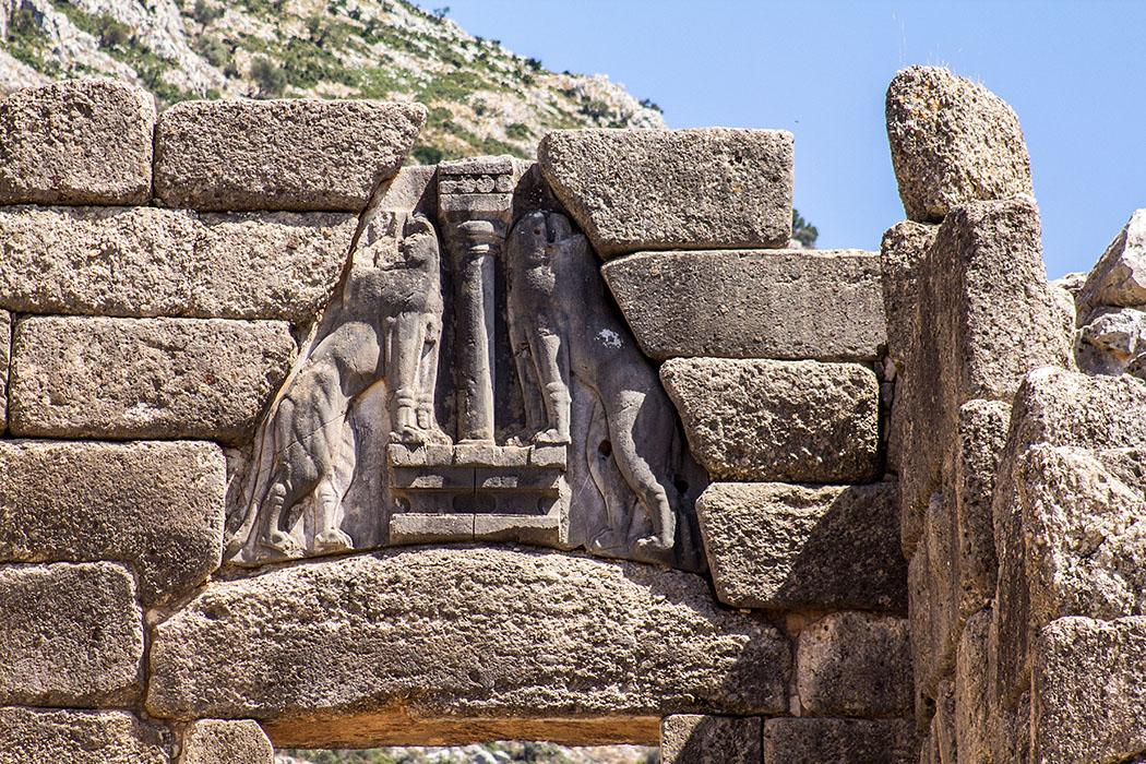 Das Löwenrelief ist die älteste Monumentalplastik Europas. Das Löwentor scheint mit seinem Entlastungsdreieck den Eingang in die Tholosgräber von Mykene zu zitieren.