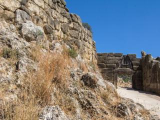 Das Löwentor war der Haupteingang in die Zitadelle von Mykene und wurde nach den zwei Löwen die auf einem Relief über dem Tordurchgang dargestellt sind, benannt.