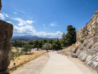 Ein Blick zurück vom Löwentor auf die Landschaft und die Berge um Mykene.