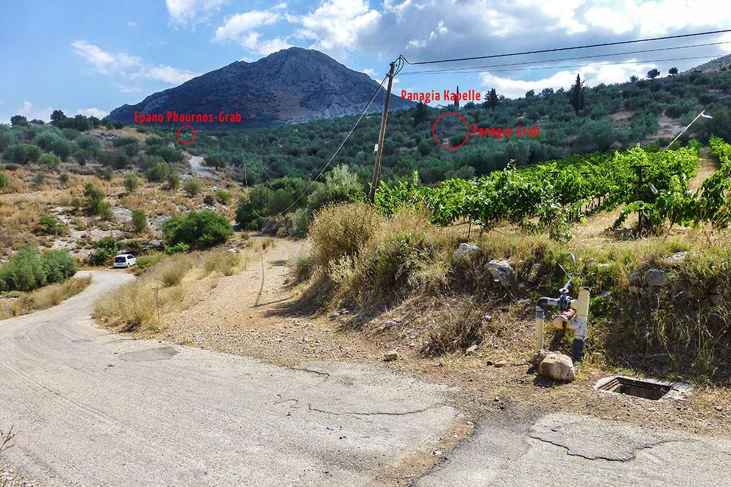 Kuppelgräber Epano Phournos und Panagia: Von hier etwa 500 Meter zu Fuß bergauf auf dem Feldweg, der von der geteerten Straße nach Nordosten abzweigt. Am Gipfel des Panagitsa-Hügels ist der Giebel der Panagia-Kapelle sichtbar.