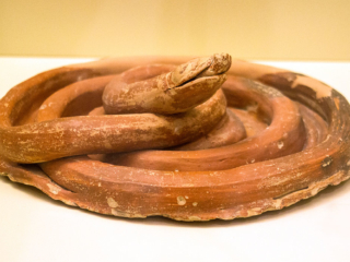 Schlange aus Keramik, sicherlich ein religiöses Kultobjekt. Insgesamt wurden siebzehn Schlangenfiguren in einem Gebäudekomplex in Mykene entdeckt.