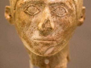 Nur der Kopf dieser Statue bestand aus Elfenbein, der Körper bestand aus Holz. Die Figur wurde beim Altar im Palast von Mykene gefunden und wird auf 1250 - 1180 v. Chr. datiert.