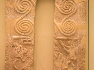 Grabstele aus Grabkreis B, Grab Gamma, der mittlere Teil fehlt und wurde vermutlich in ein Gebäude verbaut. Die Szene zeigt zwei Männer die gegen zwei (oder mehr) Löwen kämpfen. Datierung: 1600 bis 1550 v. Chr.