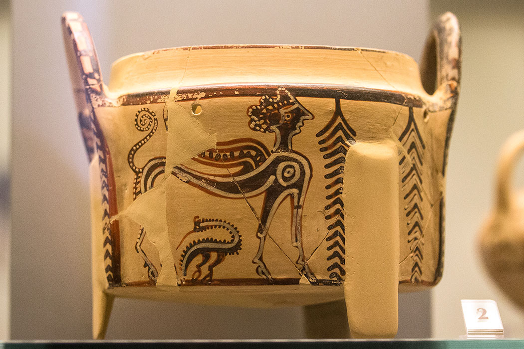 Diese Pixis stellt eine Sphinx mit elegantem Körper dar. Sphingen waren imaginäre Wesen mit dem Körper eines geflügelten Löwen und dem Kopf einer Frau. Datierung: 1250 bis 1150 v. Chr.