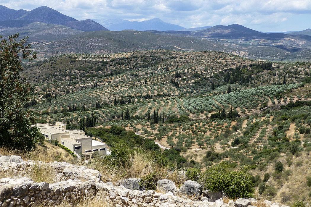 Mycenae museum panorama argolis peloponnes greece Das archäologische Museum von Mykene wurde 2003 geöffnet. Es liegt an der Nordflanke der Burg und beherbergt in seinen Ausstellungsräumen Funde aus allen Zeitperioden, aus dem Gebiet Mykene und dem umliegenden Siedlungen.