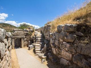 Nur wenige Schritte vom Ost-Annex mit Brunnen entfernt, liegt das zweite Tor zur Burg von Mykene - das Nordtor.