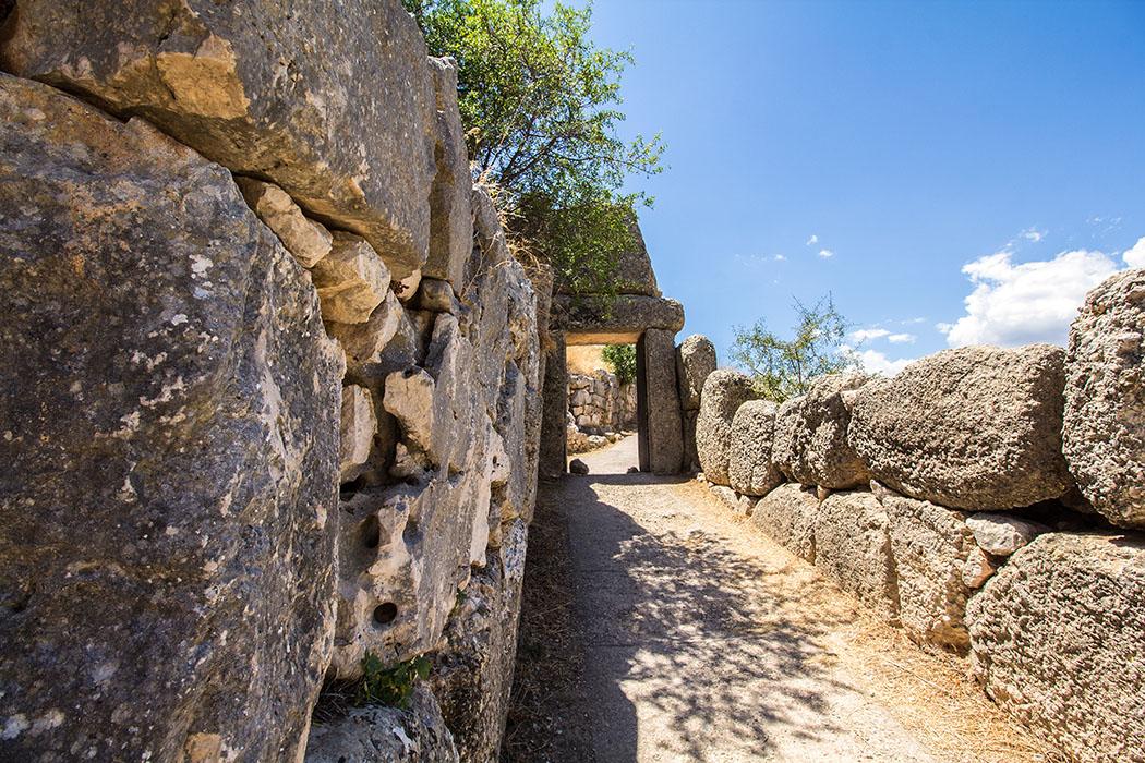 Das Nordtor wurde zur gleichen Zeit wie das Löwentor, um 1250 v. Chr. erbaut, auch seine Architektur ist ähnlich.
