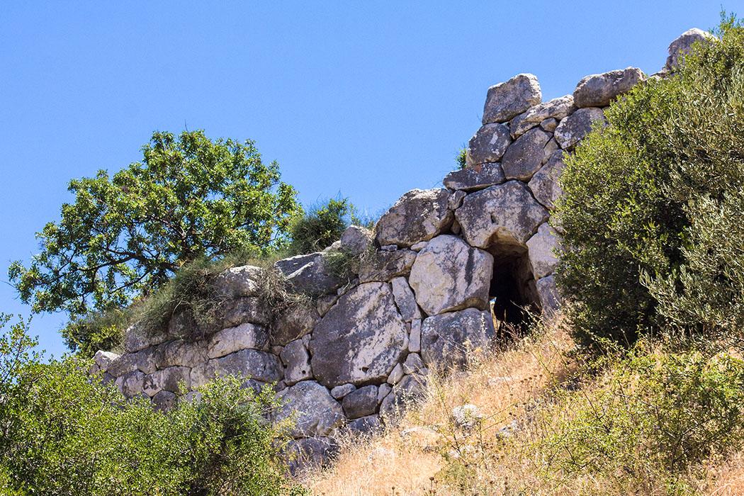 Blick von Außen auf die Nordmauer von Mykene, mit einer der beiden schmalen Ausfallpforten.