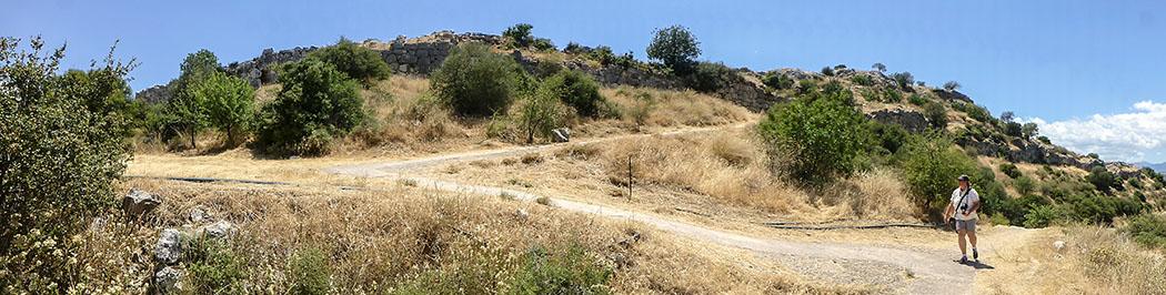 Mycenae north gate outside walls argolis peloponnes greece Unterhalb des Nordtores beeindrucken die gut erhaltenen Mauerzüge und die Länge der Burg, im linken Drittel des Fotos ist die nördliche Ausfallpforte durch die Mauer erkennbar.