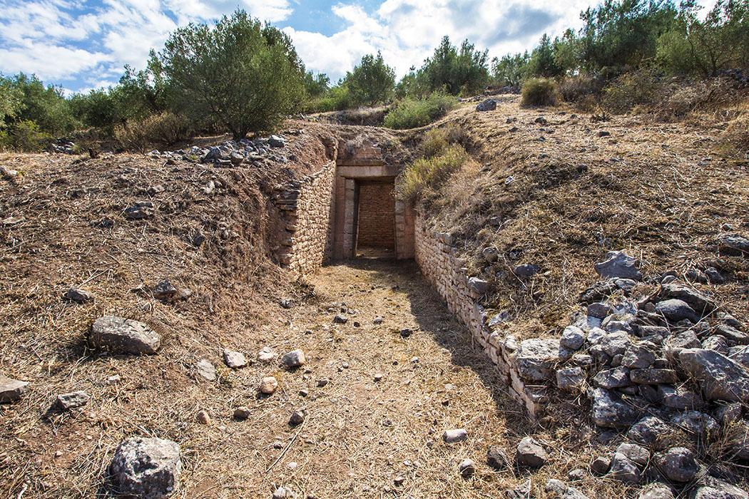 Mycenae panagia tholos 01 panagitsa hill argolis peloponnes greece Das Panagia-Grab liegt inmitten von Feldterrassen, etwas unterhalb der markanten Panagia-Kapelle. Der Zugang ist gut erhalten geblieben. Südlich des Kuppelgrabes befinden sich einige Kammergräber.