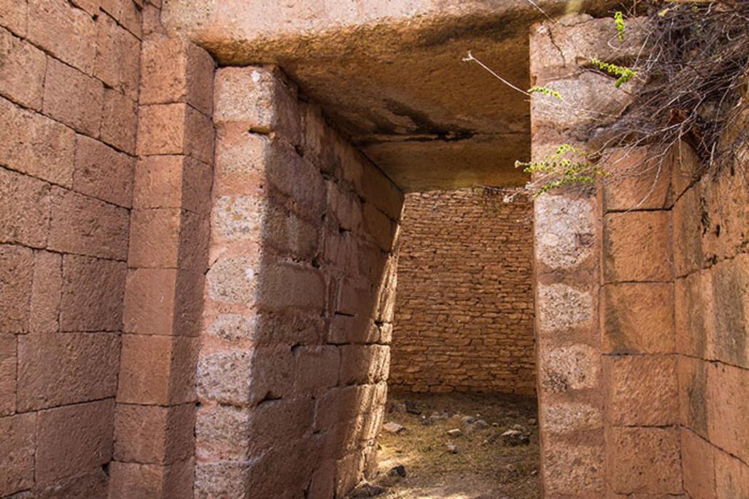 Panagia-Grab: Tor und Torweg (Stomion) sind aus akkurat behauenen Steinquadern errichtet. Über dem Torbalken sind noch Reste des Entlastungsdreiecks und dessen Verkleidung erkennbar.