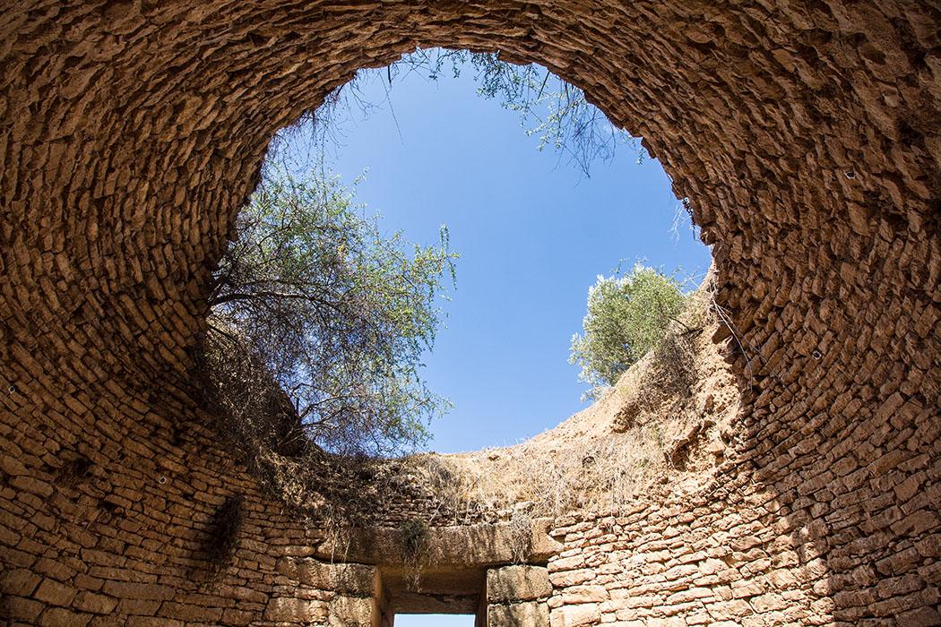 Interessanter Blickwinkel im Panagia-Grab, hier ist die Bautechnik der mykenischen Architekten und Arbeiter gut sichtbar.