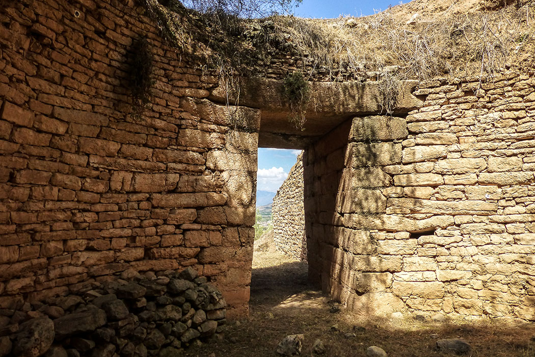 Panagia-Grab: Zwei große Decksteine ruhen auf den Seitenwänden des Zugangs.
