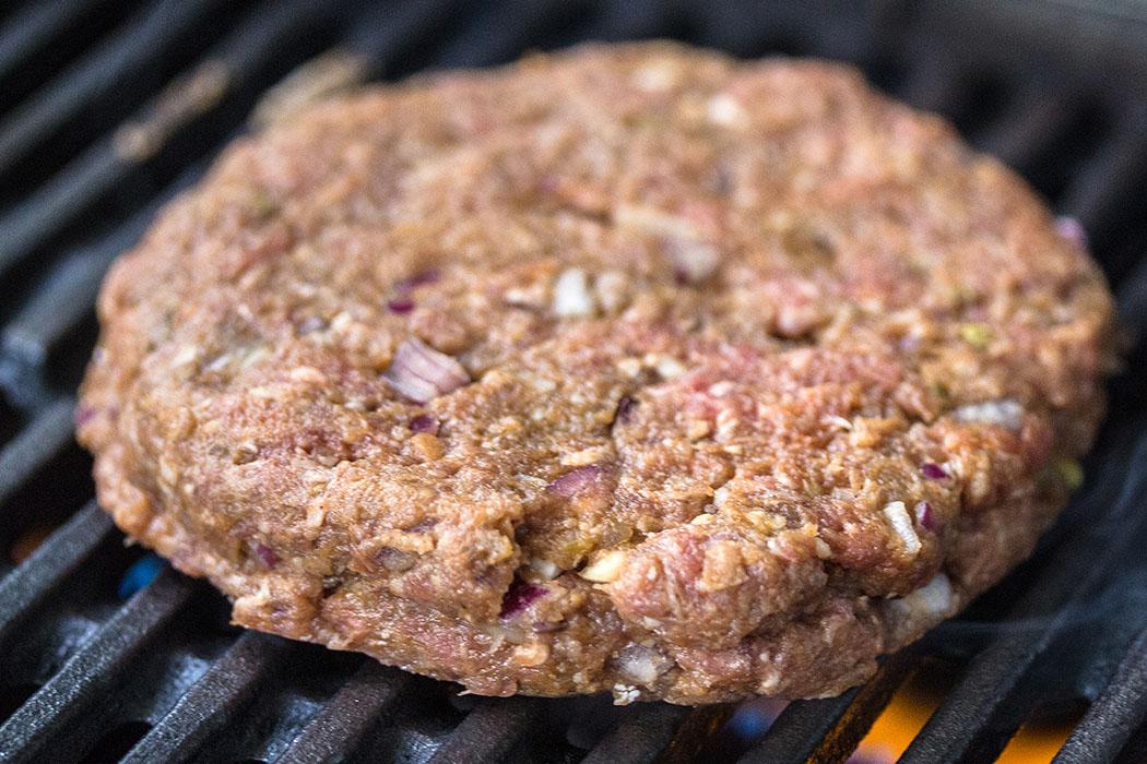 Den Grill auf 250 – 280 Grad vorheizen, dann die Bifteki auflegen.