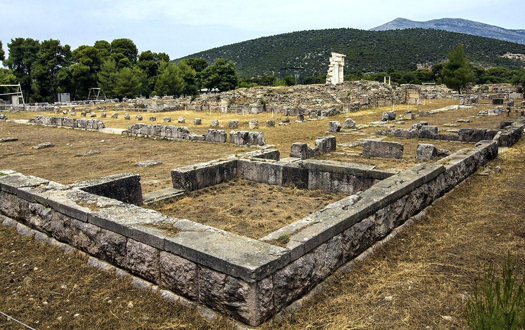 epidauros Hestiatorion sanctuary asklepios argolis peloponnese greece Das Hestiatorion war ein riesiger Speisesaal. Für kulturelle Veranstaltungen wurde in römischer Zeit in den Innenhof ein Odeon eingebaut.