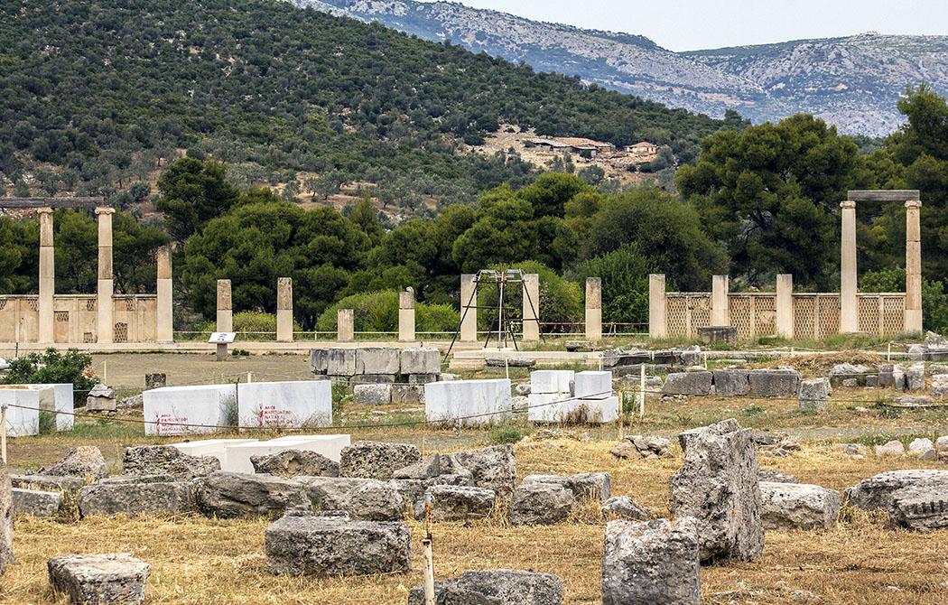epidauros abaton sanctuary of asklepios argolis peloponnese greece Die Ansicht auf die Stoa des Abyton zeigt die imposante Größe des Komplexes deutlich.