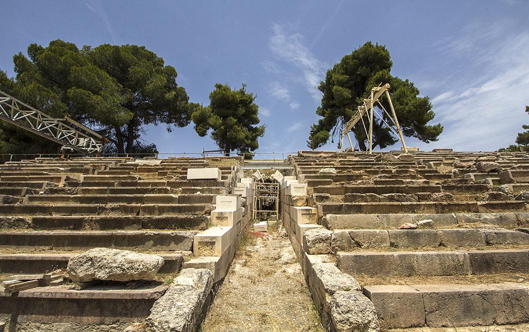 epidauros stadium krypte sanctuary asklepios argolis peloponnese greece Das Stadion war durch einen unterirdischen Gang (Krypte) mit dem Heiligtum verbunden, dieser wir momentan restauriert.