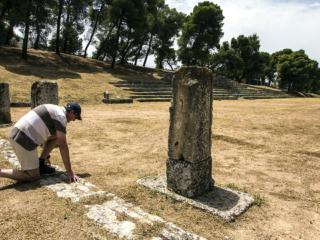 Hans am Startpunkt im antiken Stadion von Epidauros.