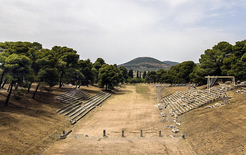 epidauros stadium sanctuary asklepios argolis peloponnese greece title Das antike Stadion von Epidauros ist mitsamt seiner Startanlage gut erhalten, an seinen Längsseiten sind noch die Sitzreihen sichtbar.