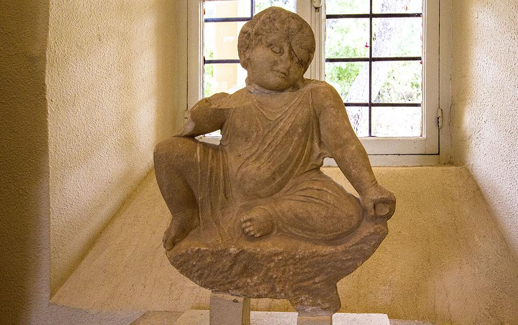 Die Statuette eines Kleinkindes wurde vermutlich von seinen Eltern an Asklepios gestiftet, damit es vor Krankheiten geschützt wird.