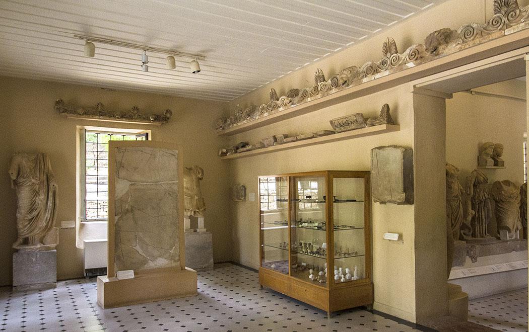 Im ersten Raum sind Stelen mit Danksagungen an Asklepios, medizinische Instrumente und Statuen zu sehen.