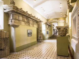 Im dritten Raum befinden sich Gebäudeteile von der Tholos (rechts) und vom Artemistempel (links).