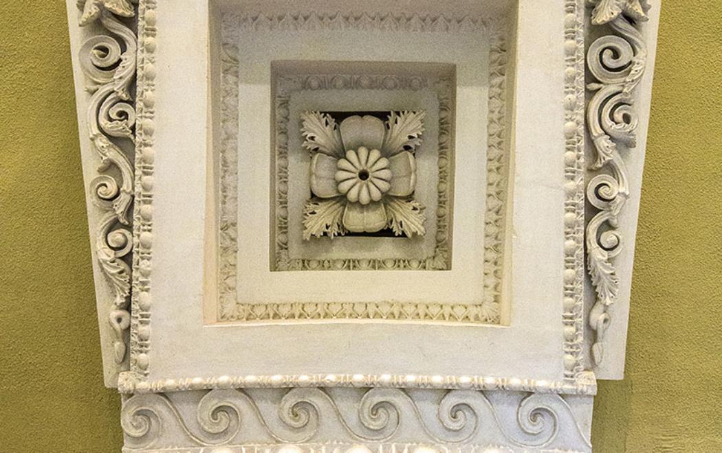 Rekonstruiertes Fragment von der Kassettendecke der Tholos.