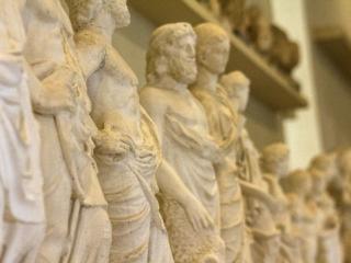 Die kleinen Statuen sind Votivgaben an den Heilgott Asklepios.