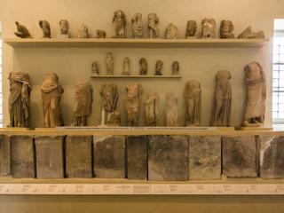 Der zweite Raum zeigt Statuen, Votivgaben und Berichte über Heilungen (Steintafeln unten), diese enthalten hochinterssante Informationen über den Heilbetrieb.