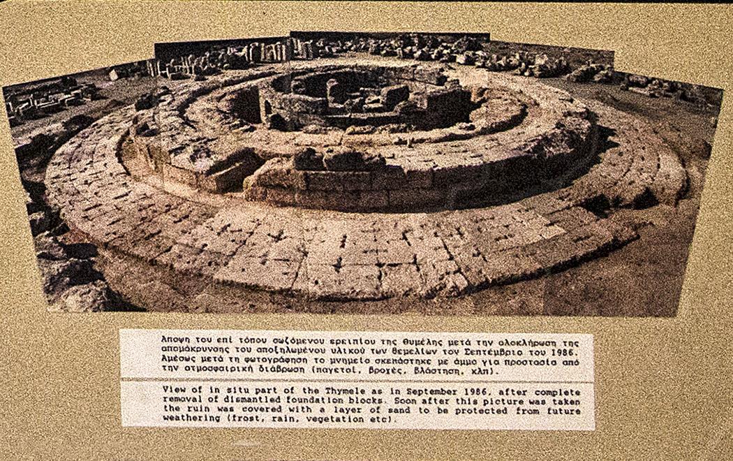 Das Foto zeigt das Fundament der Tholos (Thymele) kurz nach der Freilegung im Jahr 1986.