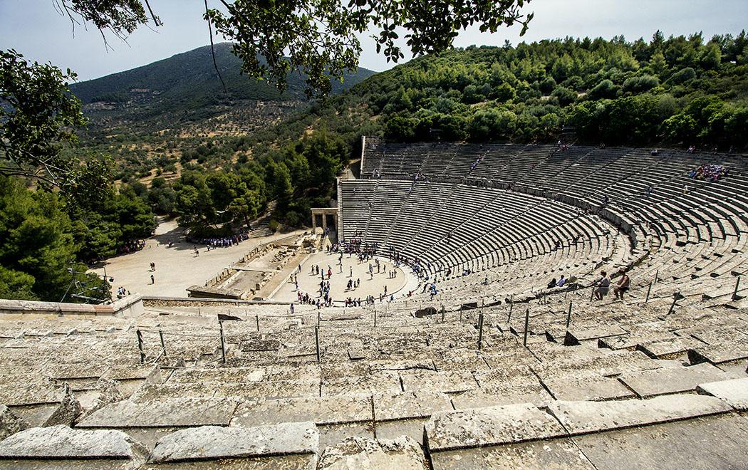 epidauros theatre asklepios sanctuary argolis peloponnese greece Wer auf den Stufen des Theaters von Epidaurus Platz nimmt, wird neben der phänomenalen Akustik, ein Gefühl der Geborgenheit bemerken. Diese Effekte sind besonders deutlich zu bemerken, wenn sich es sich mit Besuchern füllt.
