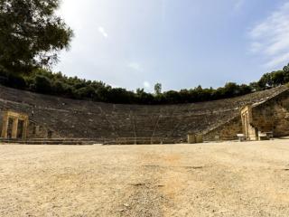 Wer früh unterwegs ist wird belohnt. Als wir am frühen vormittag ankommen, ist das Theater von Epidauros leer!
