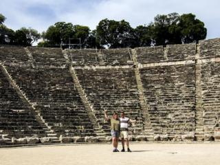 Hier die beiden Hauptpersonen im Blog! Monika und Hans Hoffmann im (noch) leeren Theater von Epidauros.