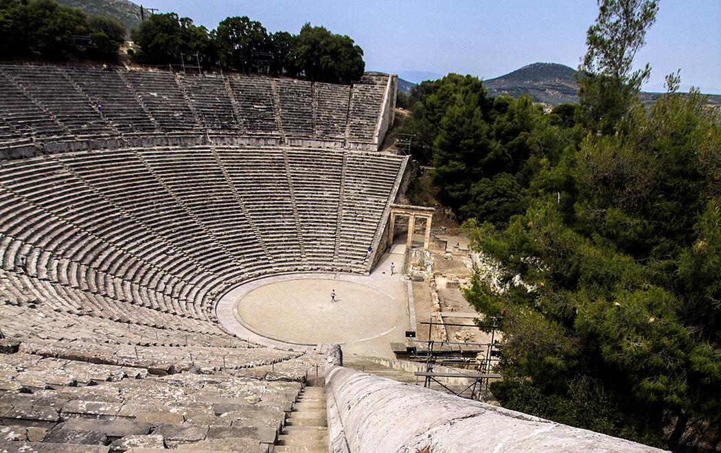 Das Theater von Epidauros ist kein Halbrund, sondern ragt über die Mitte hinaus, dies ist einer der Gründe für seine herausragende Akustik.