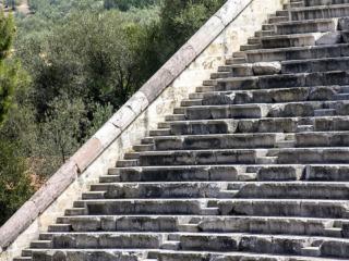 Der Erhaltungszustand nach 2300 Jahren ist sensationell, gleich hinter dem Theater liegen die Olivenhaine der Bauern. Architektur und Natur bilden eine perfekte Symbiose.