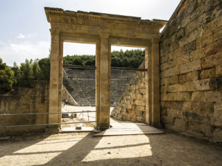 Die zweitürigen Bühnenportale sind hervorragend erhalten geblieben. Links der Zugang zur Skene, rechts der Zugang für die Zuschauer.