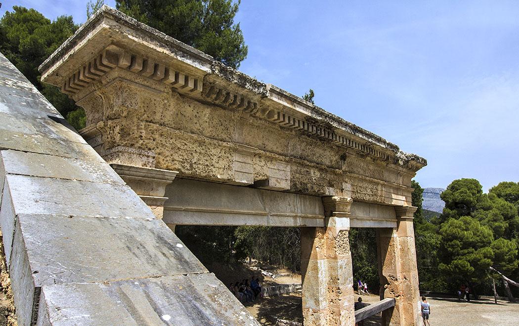 Die wunderschönen zweitürigen Bühnenportale sind dagegen gut erhalten geblieben und hervorragend restauriert.