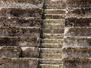 Steile Treppen führen zu den Sitzreihen. So manches berühmte Hinterteil saß schon auf diesen Stufen!