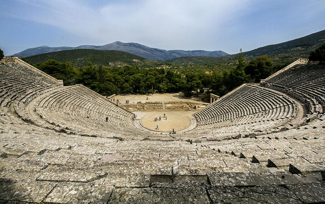 epidauros theatre asklepios sanctuary argolis peloponnese greece Imposantestes Bauwerk von Epidauros ist das Theater, mit weitem Blick auf die Landschaft. Es bot nach Erweiterungsbauten etwa 14 000 Zuschauern Platz und war Teil der bedeutendsten antiken Kultstätte für Asklepios in Griechenland.