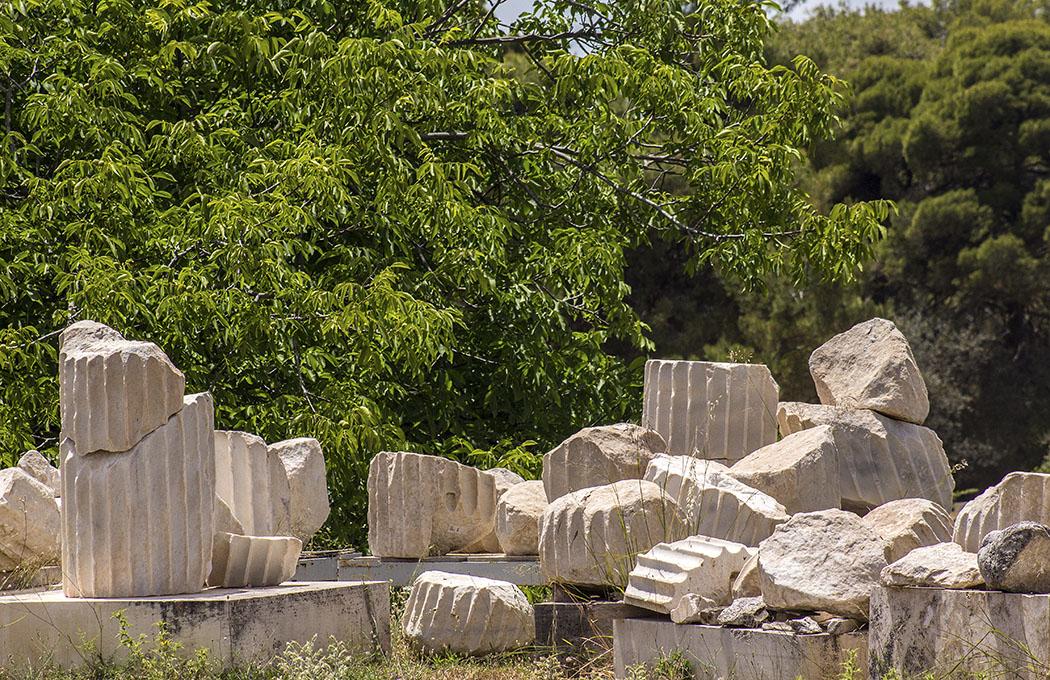 epidauros tholos temple sanctuary asklepios argolis peloponnese greece Die zerbrochenen Säulentrommeln der Tholos werden bei den Restaurierungsarbeiten aufwändig ergänzt und wieder zusammengesetzt.